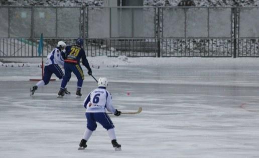 Action against a snowy backdrop as Zorki Krasnogorsk (blue) play Dinamo Kazan.