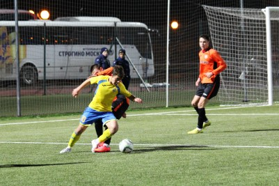 Action as Strogino (yellow) take on Solaris in October 2014.